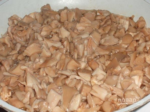 3. Томите грибочки на среднем огне, помешивая, пока не выйдет лишняя жидкость. Масло, кстати, я не добавляю.