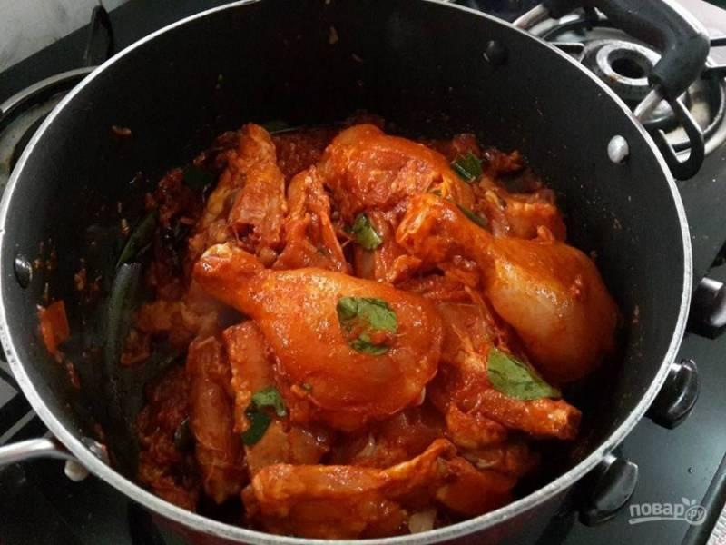 5. Добавьте мясо, томатную пасту и немного воды в кастрюлю с овощами.