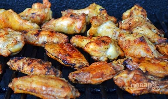 Разогрейте гриль. Курицу смажьте маслом. Запекайте крылья на гриле до готовности, переворачивая их, чтобы они не подгорели.