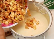 К тесту добавить замороженные яблоки.