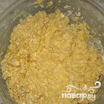 4.Вливаем в емкость к овсяным хлопьям и мукой полученную массу, и замешиваем густое тесто.