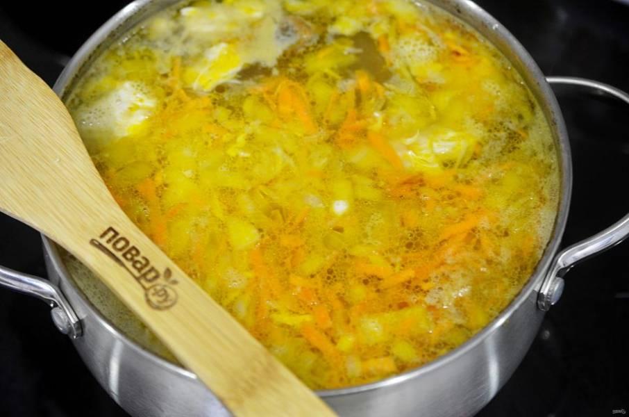 10. Добавьте зажарку в суп.