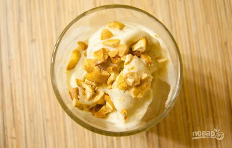 Оставьте ещё на 1-2 часа мороженое в морозилке. Подавайте его с орешками и другими дополнениями. Приятной дегустации!