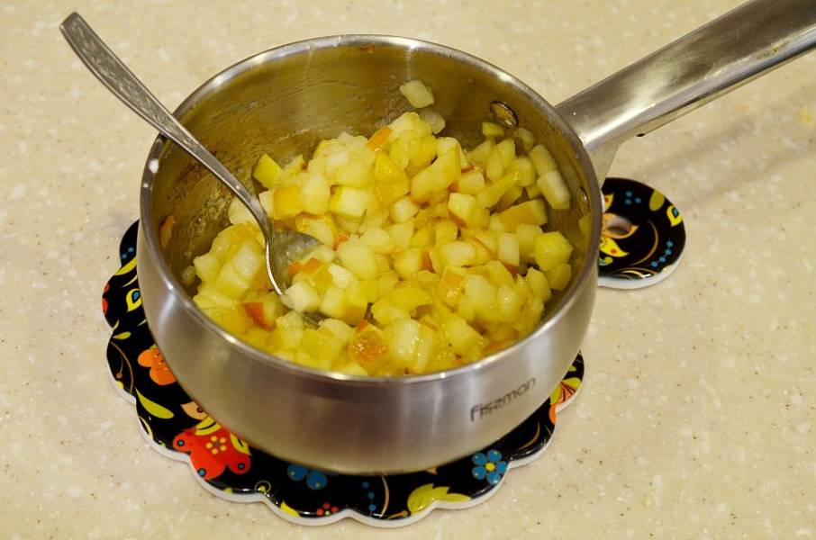 Для начинки яблоки нарежьте кубиком и потушите вместе со сливочным маслом и сахаром до мягкости.