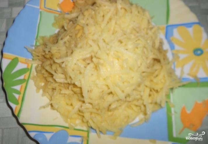 Картофель очищаем и трем на средней терке. Отжимаем от жидкости.