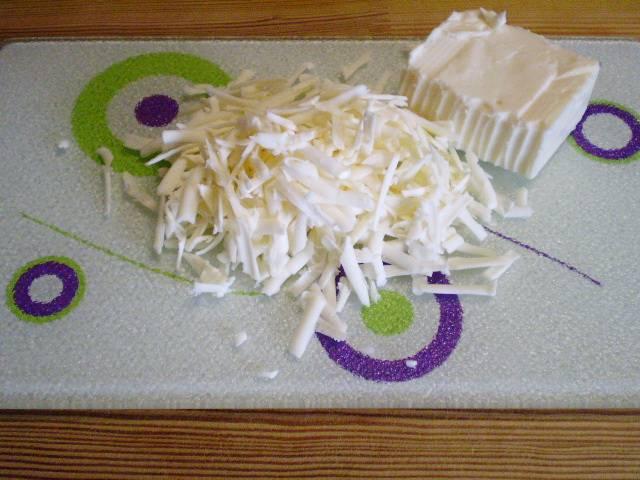 5. Натираем на крупной терке сыр. Сорт сыра особой роли не играет, выбирайте на свой вкус и бюджет.