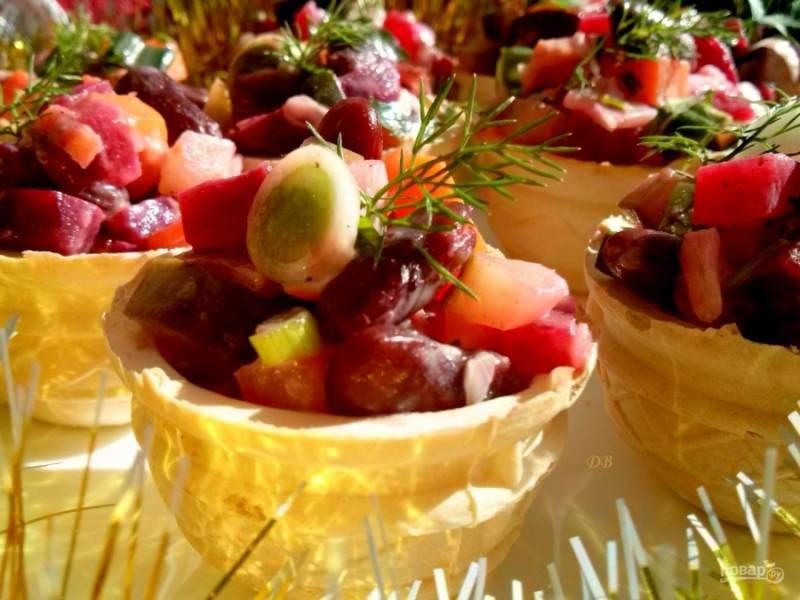 Заправьте салат, перемешайте, при необходимости посолите и разложите по тарталеткам. Приятного аппетита!