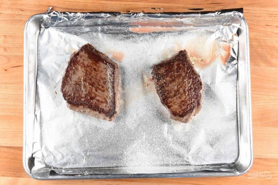 2. В это же время натрите мясо солью и перцем. Потом обжарьте его на раскаленной сковороде в 2 ч. ложках масла на сковороде с обеих сторон по 3 минуты. Затем переложите на противень и отправьте в духовку на 6 минут при 190 градусах.