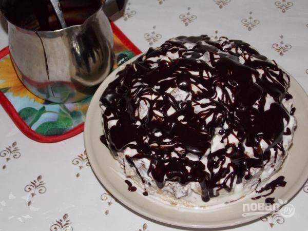 Молоко смешаем с сахаром и какао, поставим на плиту. Туда отправим кусочек масла и будем, помешивая, варить глазурь, пока не закипит. Затем снимаем ее с огня, остужаем и заливаем ею торт.