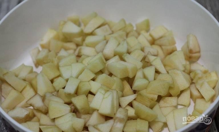 Яблоки промойте, очистите и нарежьте кубиками.