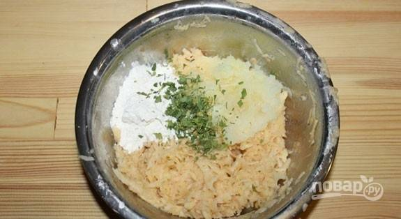 К картофелю в миску натрите лук. Добавьте нарубленную зелень, муку, перец и соль.