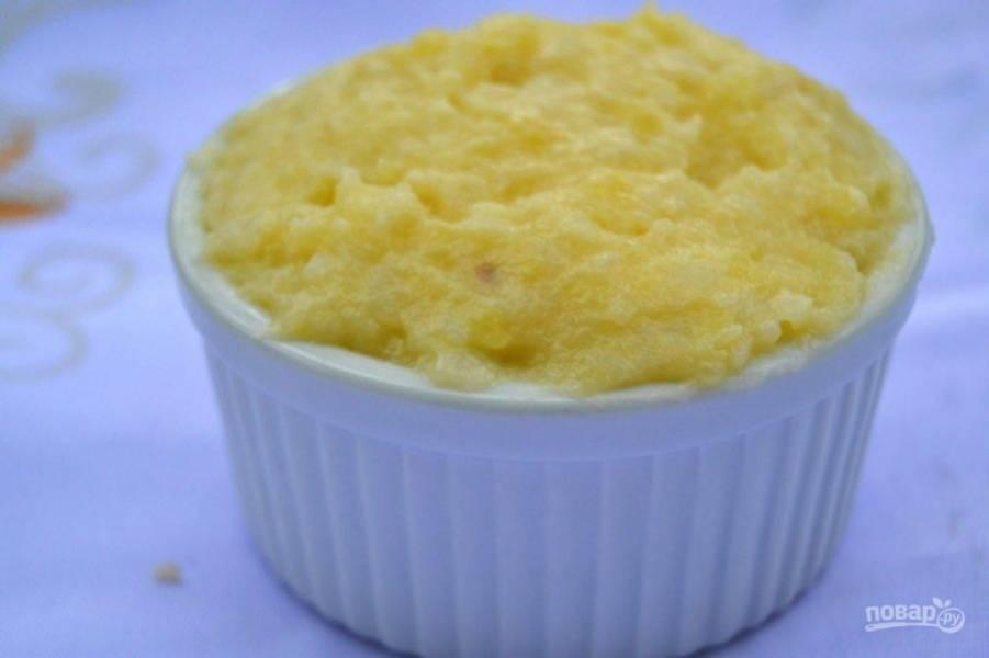 16.Накройте сверху снова слоем картофеля и поставьте формы в заранее разогретую до 185 градусов духовку, запекайте в течение 15 минут.