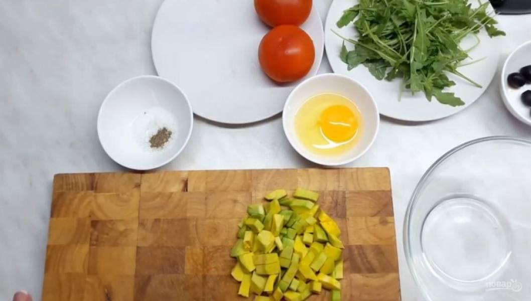 1. Для начала очистите авокадо от кожуры и выньте из него косточку. Нарежьте авокадо небольшими кусочками, добавьте к нему лимонный сок.