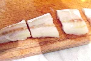 Филе минтая порезать на порционные куски.
