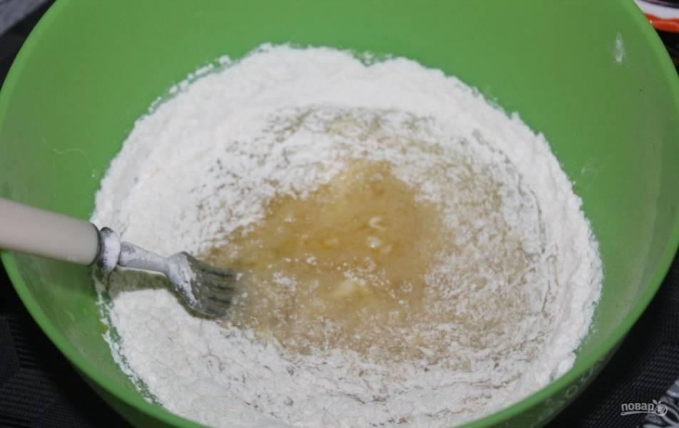 3.Порционно всыпаю пшеничную муку, каждый раз перемешиваю.