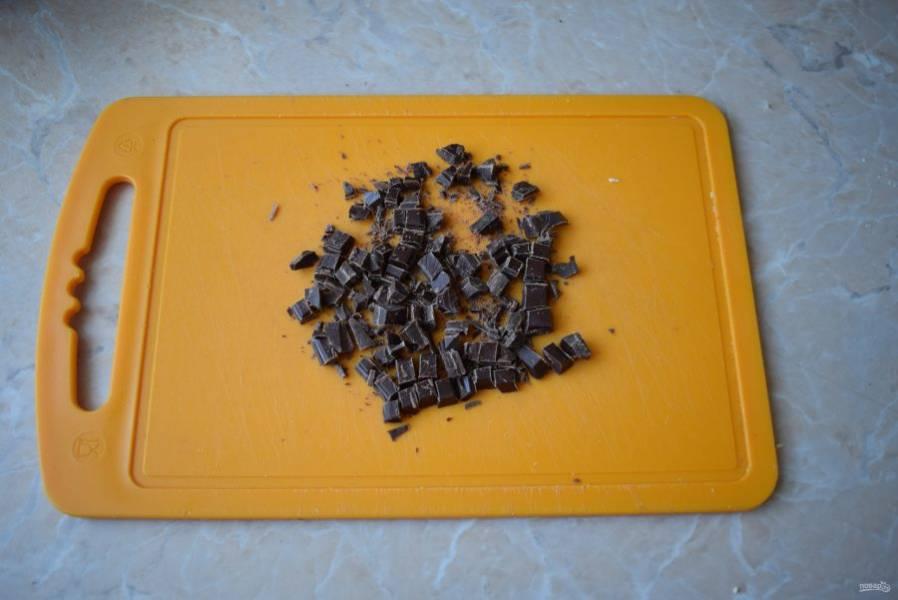 Шоколад можно использовать готовый в каплях или порубить на кусочки обычный.