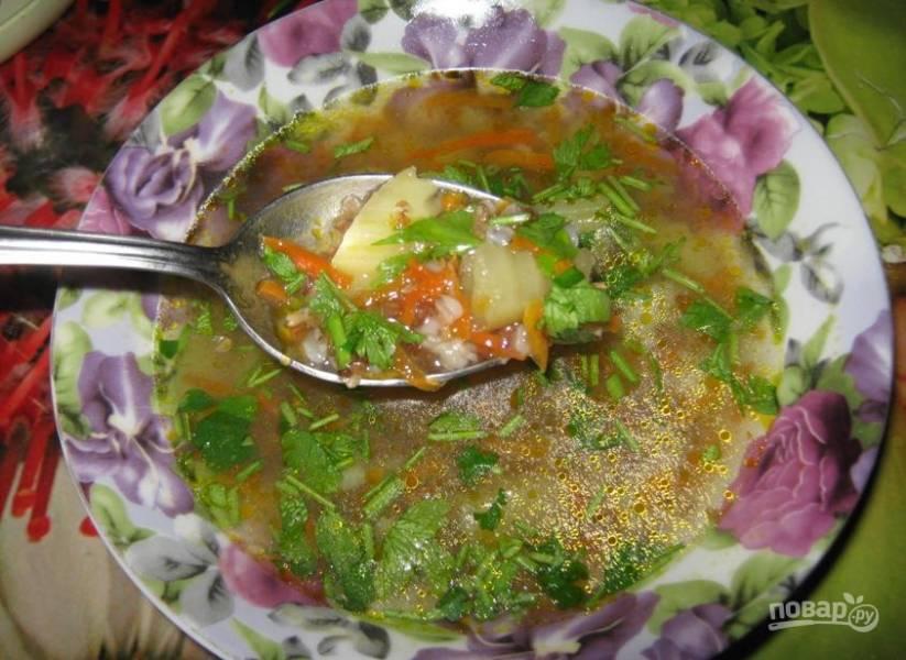 Спустя 5 минут кипения суп будет готов! Добавьте нарезанную зелень. Приятного аппетита!