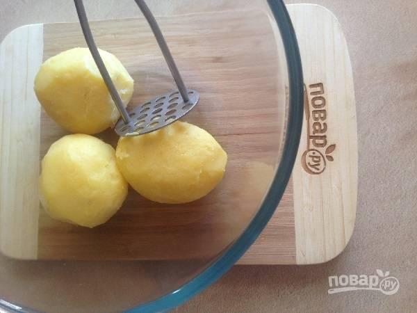 5. Очистим отваренный картофель, измельчаем его в пюре.
