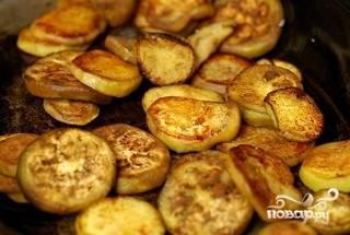 Кружочки баклажанов обсушим салфеткой и обжарим на гриле, слегка смазанной маслом сковороде или углях.
