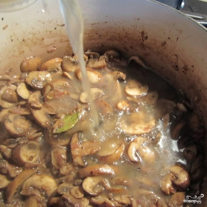 Теперь добавьте в кастрюлю куриный бульон (желательно - теплый или хотя бы комнатной температуры, но не холодный).