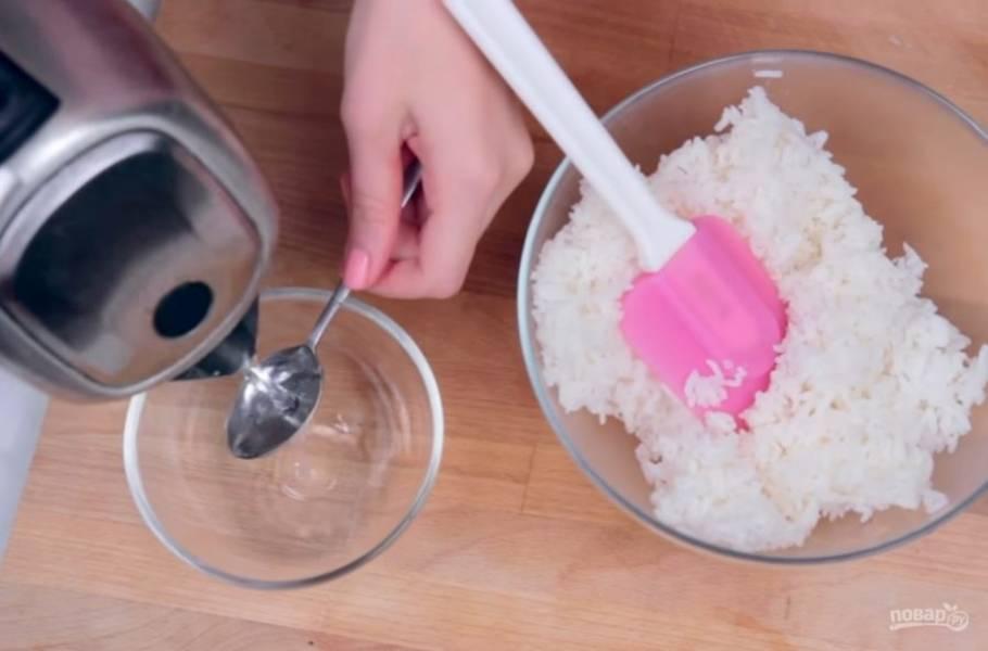 1. Отварите рис для суши и заправьте его (горячую воду смешайте с 1ч. л. сахара, 1 ч. л. соли, 2 ст. л. рисового уксуса). Дайте рису немного остыть.