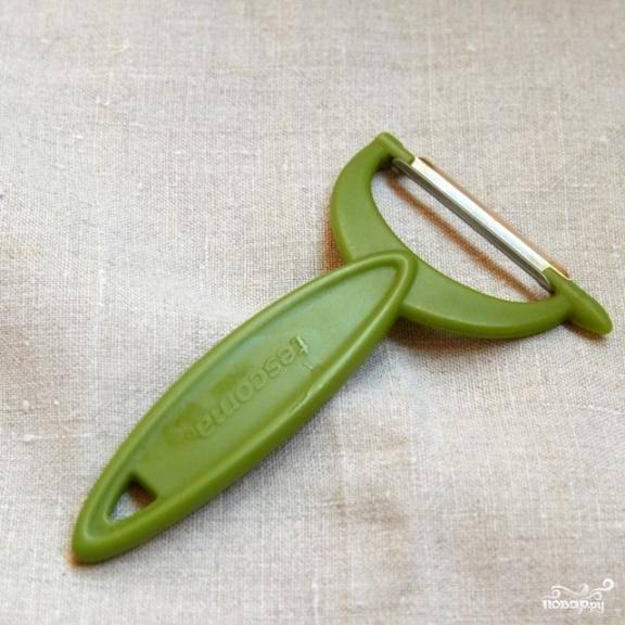 Для приготовления салата нам пригодится вот такой девайс - овощечистка.
