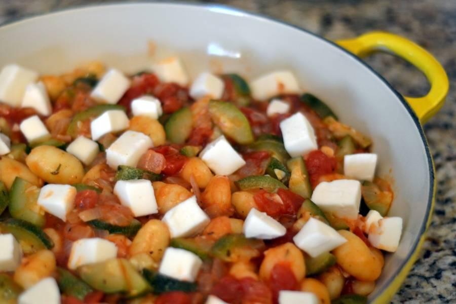 3. В форму для запекания выкладываем смесь со сковородки, добавим бобы и сыр, порезанный кубиками. Посыпаем специями и отправляем в духовку на полчаса.