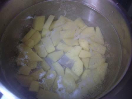 Наливаем в кастрюлю примерно 2 литра воды, и ставим варить картофель. Немного подсолим.