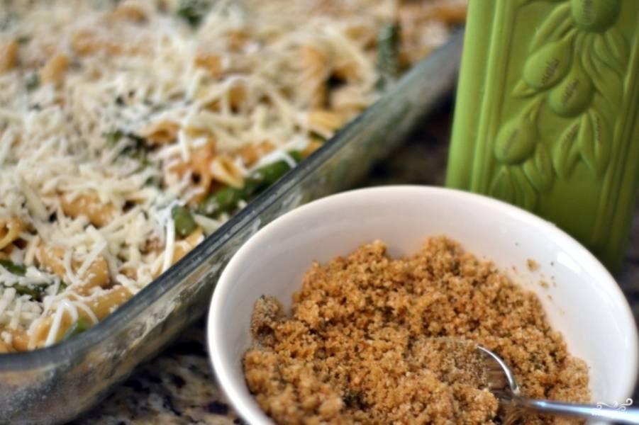 3. Когда макароны, спаржа и бульон будут в форме, добавим соус. Смешаем для этого подтаявшее масло, сливки, тертую моцареллу и специи. Перемешаем, добавим лук с остатками масла, опять перемешаем. Теперь же эту всю смесь посыпаем смесью из муки и панировочных сухарей.