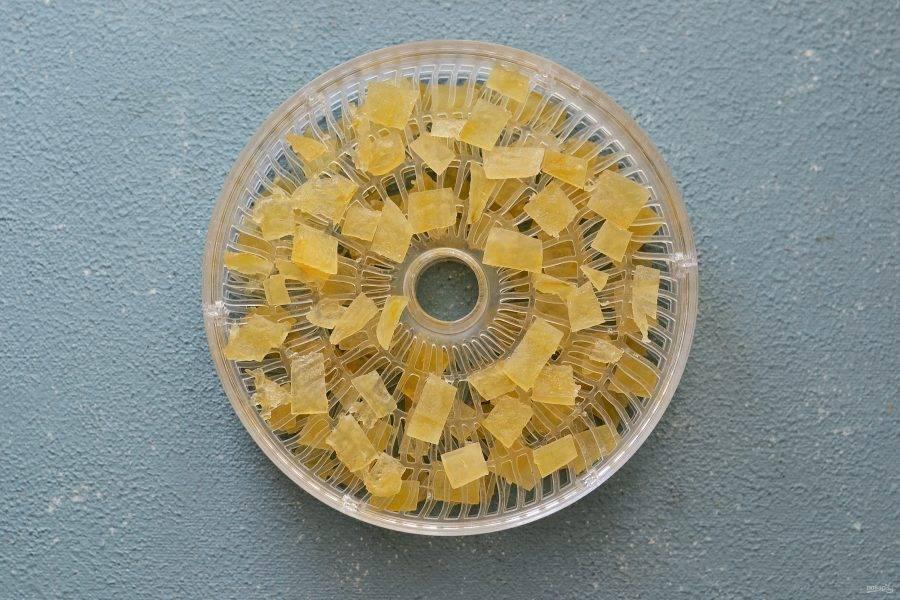 Откиньте цукаты на сито, дайте стечь сиропу. После выложите цукаты в один слой на поддон сушилки. Сушите цукаты при минимальной температуре примерно 12 часов.