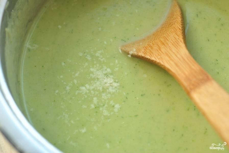 Снимаем с огня, измельчаем при помощи блендера, солим, вливаем молоко, сыр. Варим еще около 5 минут, тщательно перемешивая. Готово!