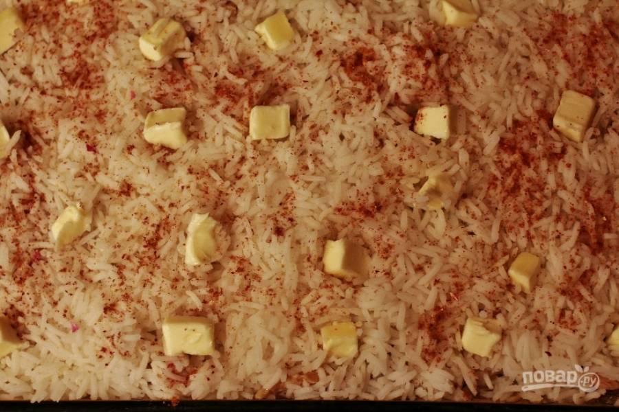 11.Для четвертого слоя разложите оставшийся отварной рис и сверху посыпьте специями, распределите кусочки сливочного масла (3 столовые ложки) на одинаковом расстоянии друг от друга. Накройте форму фольгой для запекания, сделайте несколько надрезов и поставьте запекаться на 1 час 15 минут.