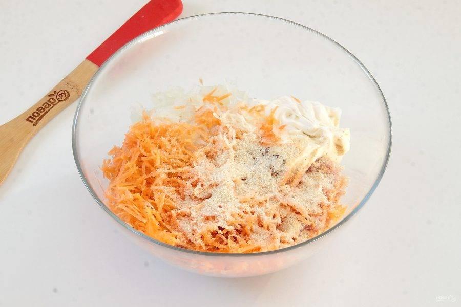 К куриному фаршу добавьте морковь, натертую на мелкой терке, измельченный репчатый лук, чеснок, сухари, 100 гр. сметаны, соль и паприку по вкусу.