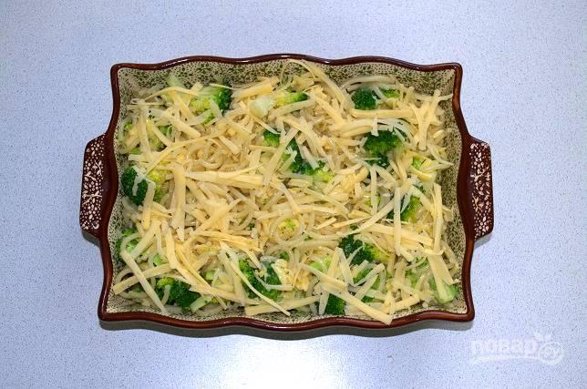 Переложите в форму для запекания, присыпьте сыром и отправьте в разогретую до 180 градусов духовку.
