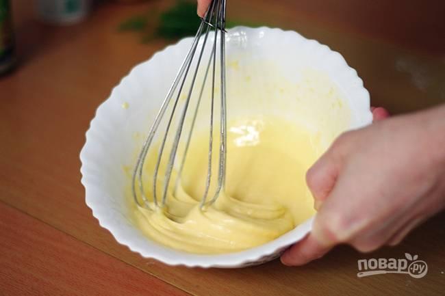 3. Отдельно в небольшой мисочке взбейте яйца.