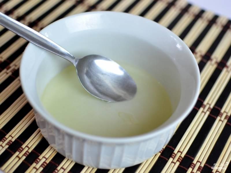Затем в чашку вылейте яичный белок и добавьте к нему холодный кляр. Перемешайте.