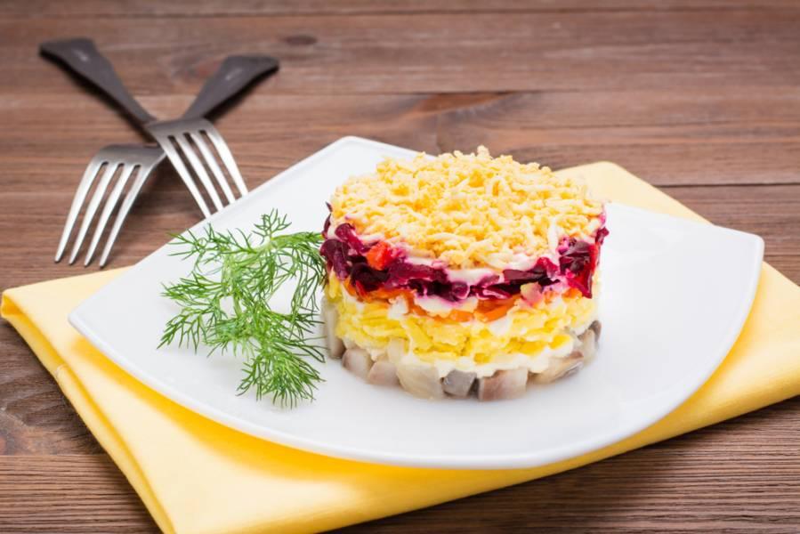 Популярные салаты всех времен: топ-5 самых вкусных слоеных салатов