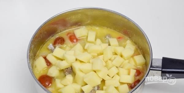 Затем положите подготовленный картофель и варите, пока он не станет мягким. За это время суп должен достаточно загустеть и стать наваристым.
