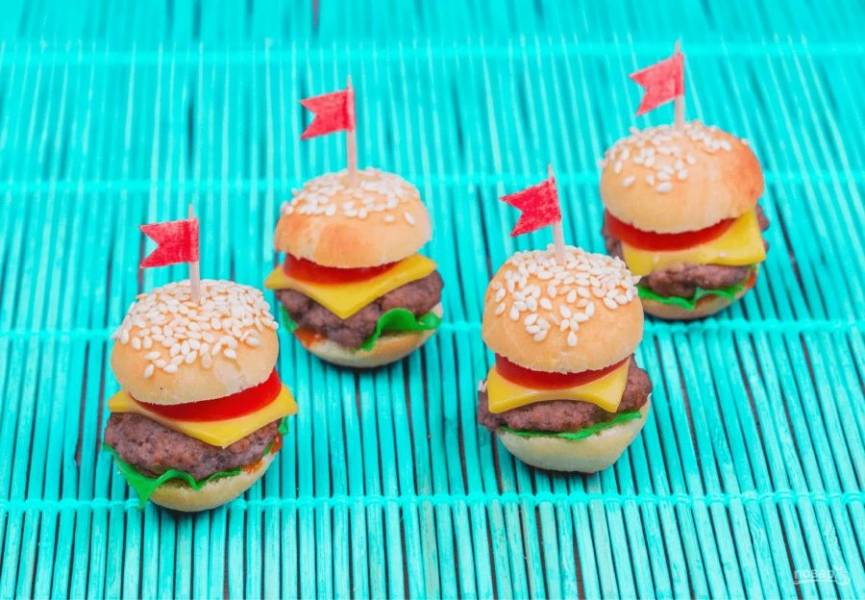 6. Накройте бургеры второй половиной булочки и проткните их зубочистками, чтобы закрепить. Приятного аппетита!