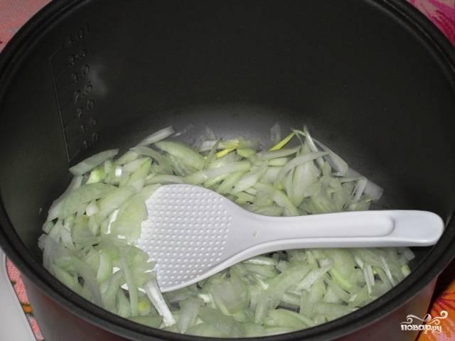 """Вымойте все овощи, очистите их. Лук порежьте так, как вам предпочтительнее, на кубики или полукольца. Поставьте мультиварку в режим """"Жарка""""  или """"Тушение"""" и обжаривайте на растительном масле лук до желтоватого оттенка."""