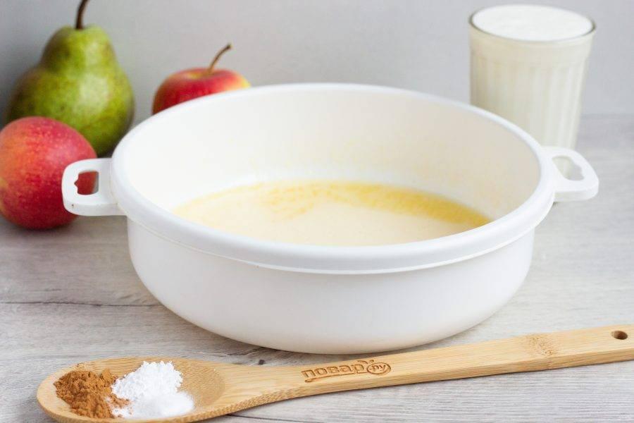 Яйца разотрите с сахаром и добавьте 2 вида масла. Сливочное - растопите.