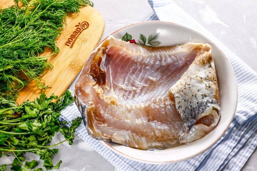 """Спустя указанное время из рыбы выделится жидкость, филе """"втянет"""" в себя столько соли, сколько потребуется. Промойте его от специй."""