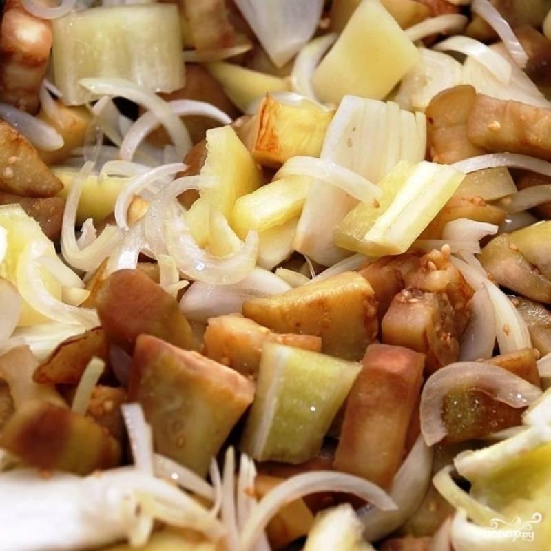 Затем добавляем перец, продолжаем готовить до мягкости перца.