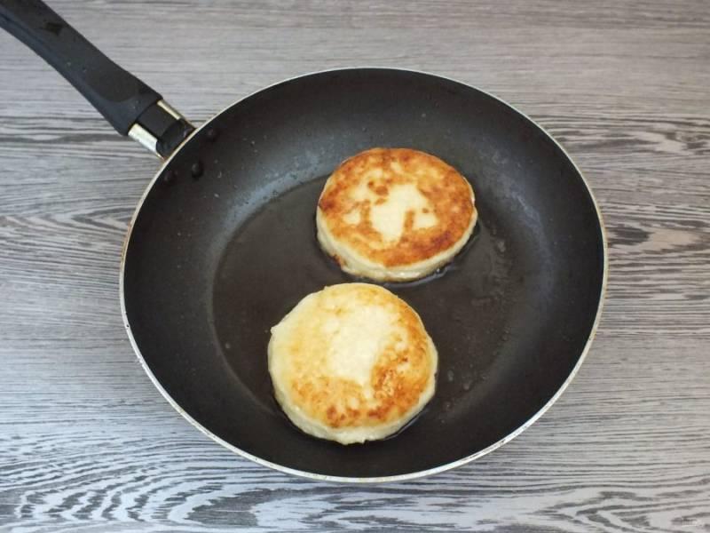 В сковороде разогрейте масло. На огне чуть ниже среднего обжарьте творожники. С каждой стороны по 3-4 минуты.