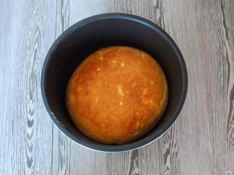 Когда прозвучит сигнал об окончании процесса откройте крышку, переверните хлеб с помощью чаши для пароварки и выпекайте еще 30 минут. По истечении времени принудительно отключите.