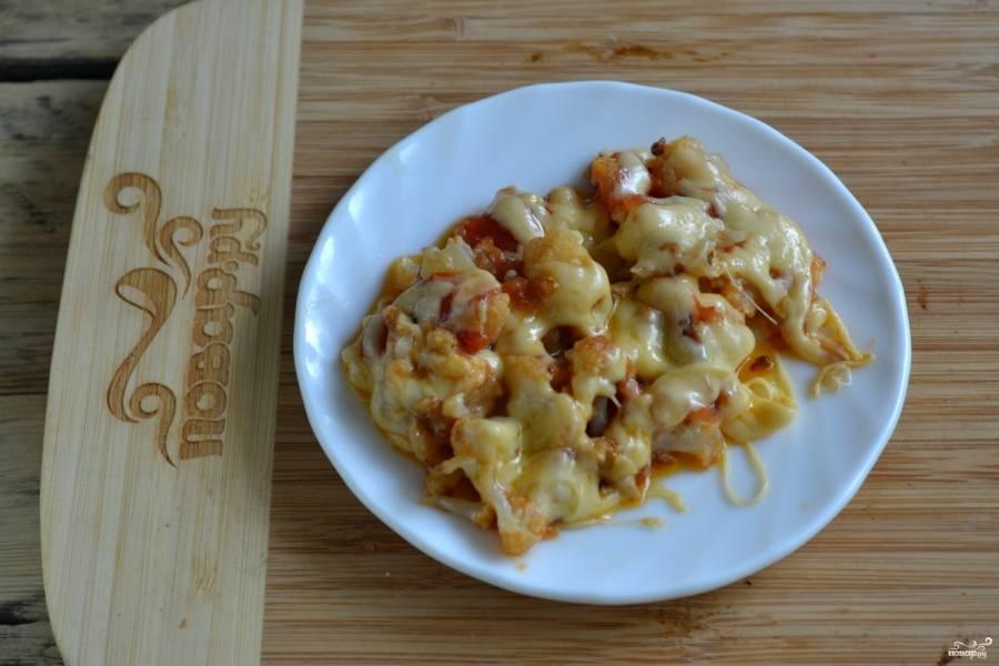 Блюдо готово. Выложите его на тарелки и немедленно подавайте, пока сыр не застыл. Приятного аппетита!