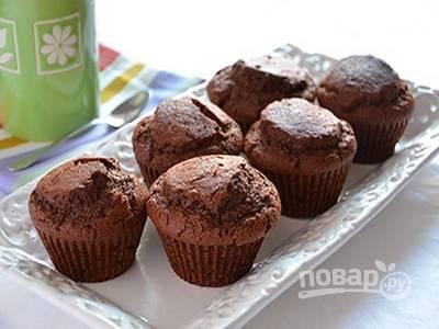 Готовым маффинам дайте остыть на решетке на столе и подавайте их теплыми к чаю или кофе. Приятного аппетита!