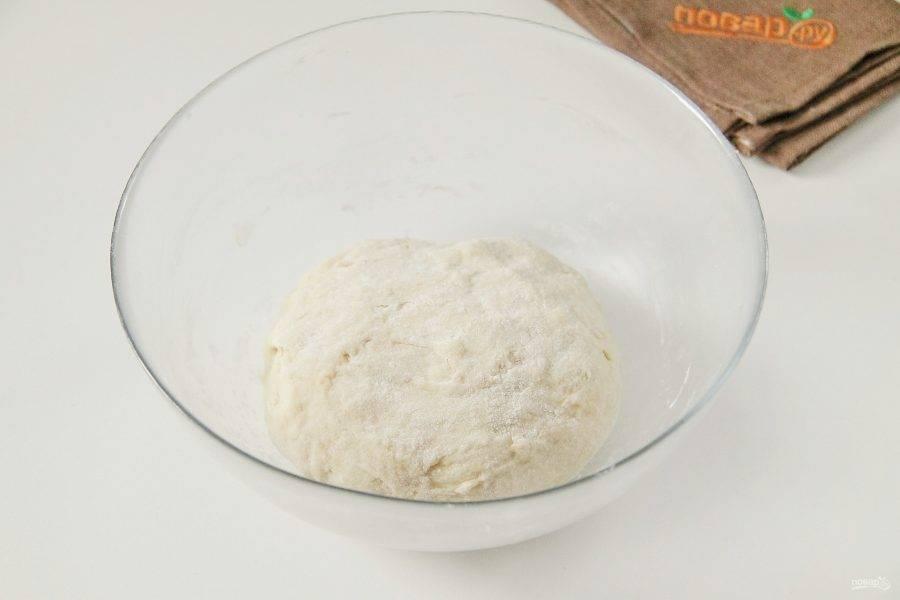 Затем руками, если необходимо подсыпая муку, замесите мягкое, чуть липкое тесто. Соберите его в шар, накройте и оставьте в теплом месте примерно на час.