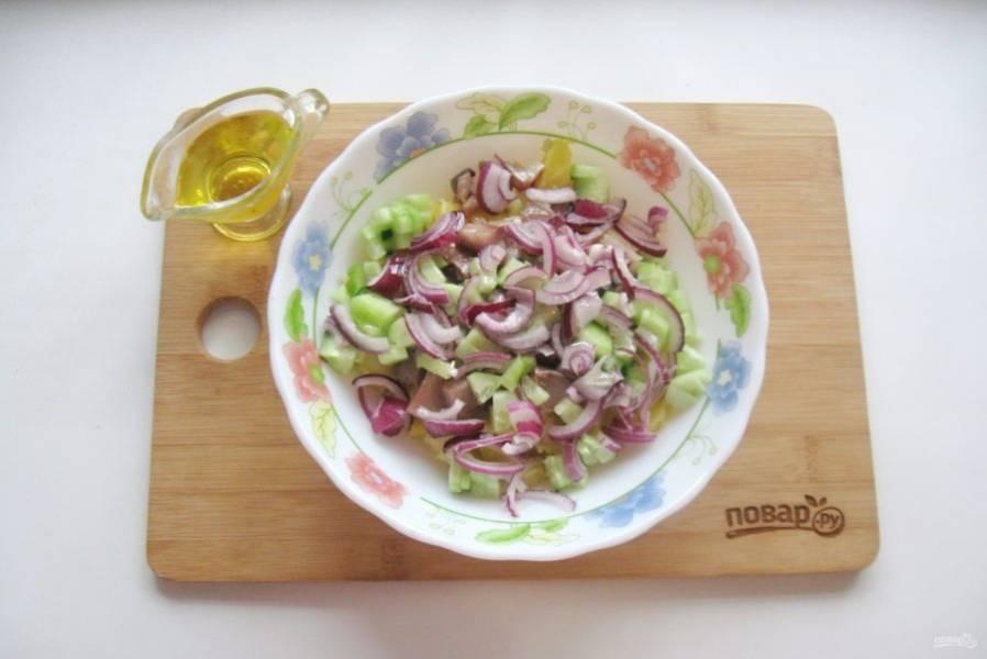 Заправьте салат ароматным подсолнечным маслом и перемешайте.