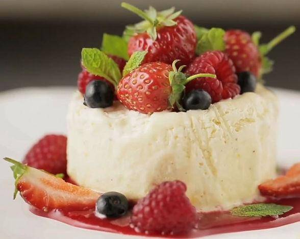 На соус выкладываем мороженое. (Или можно полить мороженое соусом.) Украшаем семифредо фруктами и мятой. Приятного аппетита!